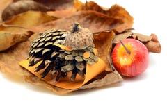 Majdruje małą ślimaczek postać robić sosny acorn i rożka części z Zdjęcia Stock