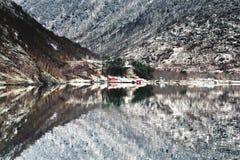 Majectic Naeroyfjord no inverno, na natureza de proteção e na vila minúscula das ameaças ambientais fotografia de stock royalty free