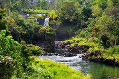 Majesitc小便小便秋天瀑布在Hilo, Wailuku河国家公园,夏威夷 免版税库存图片
