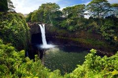 Majesitc彩虹秋天瀑布在Hilo, Wailuku河国家公园,夏威夷 免版税库存照片