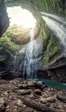 Majestätischer Madakaripura-Wasserfall, der in felsiges Tal fließt stockfoto