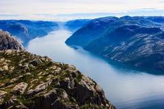 Majestätische Ansicht vom Preikestolen-Prediger-Kanzelfelsen, Lysefjord als Hintergrund, Rogaland-Grafschaft, Norwegen, Europa lizenzfreies stockbild