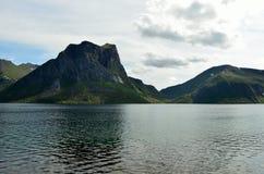 Majestätische Bergspitzen und blauer Fjord gestalten senja Inselsommerzeit landschaftlich Stockfoto
