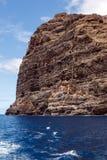 Majestätische Felsen auf dem Ufer des Ozeans Lizenzfreies Stockbild