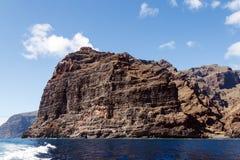 Majestätische Felsen auf dem Ufer des Ozeans Stockfotos