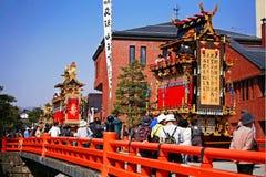 Majestätische Flöße und alte Marionette in Takayama Stockbilder