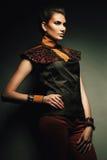 Majestätische Frau in der braunen Kleidung Stockbild