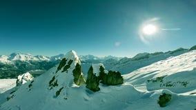 Majestätische Gebirgsspitze auf Spitzenvogelperspektivefliege über Schneewinterlandschaft stock footage