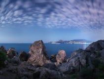 Majestätische hohe Felsen und Steine, die durch Mondschein glühen Stockfotos