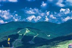 Majestätische Karpatenberge bedeckt mit Koniferenbäumen lizenzfreie stockfotos