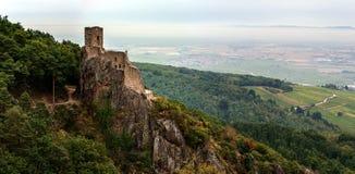 Majestätische mittelalterliche Schloss Girsberg-Ruinen auf die Oberseite des Hügels Stockfotografie