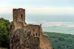 Majestätische mittelalterliche Schloss Girsberg-Ruinen auf die Oberseite des Hügels Lizenzfreie Stockfotografie