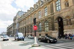 Majestätische Rue de Rivoli mit dem Louvremuseum Stockfotos
