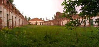 Majestätische Ruinen von Ställen und von Hauptsitzen von Husaren Stockfotos