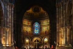 Majestätische Straßburg-Kathedrale Innen, goldener Dekor Stockfotos