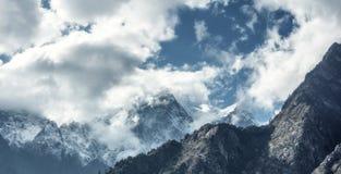 Majestätische Szene mit Bergen in den Wolken Stockfotos