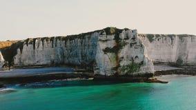 Majestätische Vogelperspektive der schönen Seeküstenlinie und der epischen weißen Kreideklippenbucht nahe Kleinstadt von Etretat, stock video