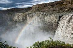 Majestätische Wasserfälle mit Felsen und Gras herum Stockfotografie