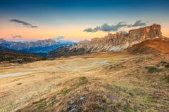 Majestätischer alpiner Durchlauf mit hohen Spitzen im Hintergrund, Dolomit, Italien Stockfoto