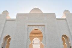 Majestätischer Bogen-Hauben-Eingang von Sheikh Zayed Grand Mosque stockfotos