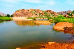 Majestätischer Fluss umgeben durch Hügel stockfoto
