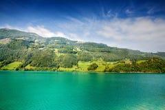 Majestätischer Gebirgssee in der Schweiz Stockbilder