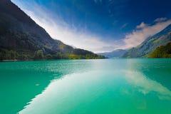 Majestätischer Gebirgssee in der Schweiz stockfoto