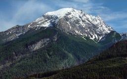 Majestätischer Schnee mit einer Kappe bedeckte Bergspitze in den Alpen Stockfotos