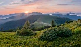 Majestätischer Sonnenuntergang in den Bergen Drastische Szene Karpaten, Großbritannien lizenzfreie stockfotografie