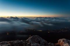 Majestätischer Sonnenuntergang in der Gebirgslandschaft Stockbild