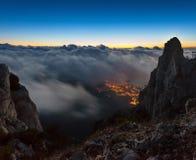 Majestätischer Sonnenuntergang in der Gebirgslandschaft Stockfotografie