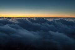 Majestätischer Sonnenuntergang in der Gebirgslandschaft Lizenzfreies Stockfoto