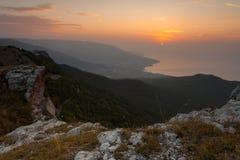 Majestätischer Sonnenuntergang in der Gebirgslandschaft Lizenzfreies Stockbild