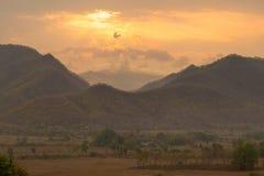 Majestätischer Sonnenuntergang in der Gebirgslandschaft Stockfotos
