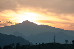 Majestätischer Sonnenuntergang in der Gebirgslandschaft Drastischer Himmel lizenzfreies stockbild