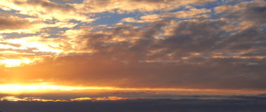 Majestätischer Sonnenuntergang in der Gebirgslandschaft Drastischer Himmel Karpaten, Ukraine, Europa Stockfoto