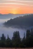 Majestätischer Sonnenuntergang in der Gebirgslandschaft Karpaten, Ukraine Stockbilder