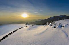 Majestätischer Sonnenuntergang in der Wintergebirgslandschaft. Stockfoto