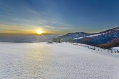 Majestätischer Sonnenuntergang in der Wintergebirgslandschaft. Lizenzfreie Stockfotos