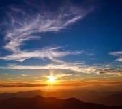 Majestätischer Sonnenunterganghimmel über Gebirgsrücken Stockbilder