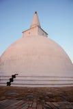 Majestätisches altes weißes stupa bei Sonnenuntergang in Anuradhapura, Sri strähnig Stockbild