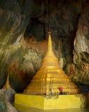 Majestätisches goldenes paya in heiliger Yathaypyan-Höhle, Hpa-An, Myanmar Lizenzfreies Stockfoto