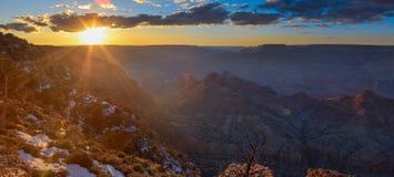 Majestätisches Vista des Grand Canyon an der Dämmerung Stockfotografie