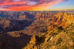 Majestätisches Vista des Grand Canyon an der Dämmerung Stockbilder