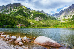 Majestätisk bergsjö i nationalparken höga Tatra Strbske ples royaltyfria foton