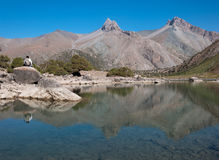Majestätisk bergsjö i Tadzjikistan Royaltyfri Fotografi