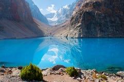Majestätisk bergsjö i Tadzjikistan Fotografering för Bildbyråer
