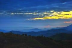 majestätisk bergsolnedgång för liggande Arkivfoton