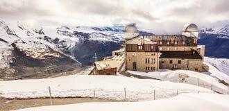 Majestätisk drömlik sikt av den snöig Gornergrat stationen och Matterhorn som döljas med moln, Zermatt, Schweiz, Europa Royaltyfri Foto