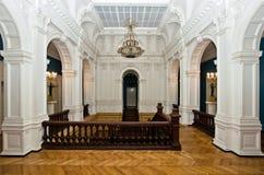 majestätisk gammal slott för storslagen korridor fotografering för bildbyråer